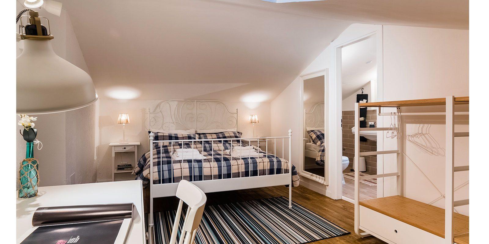 Camera da letto loft con finestra a Sabaudia